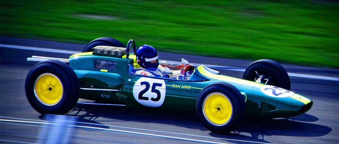 Imagen de un coche de carreras antiguo y fondo de campo verde