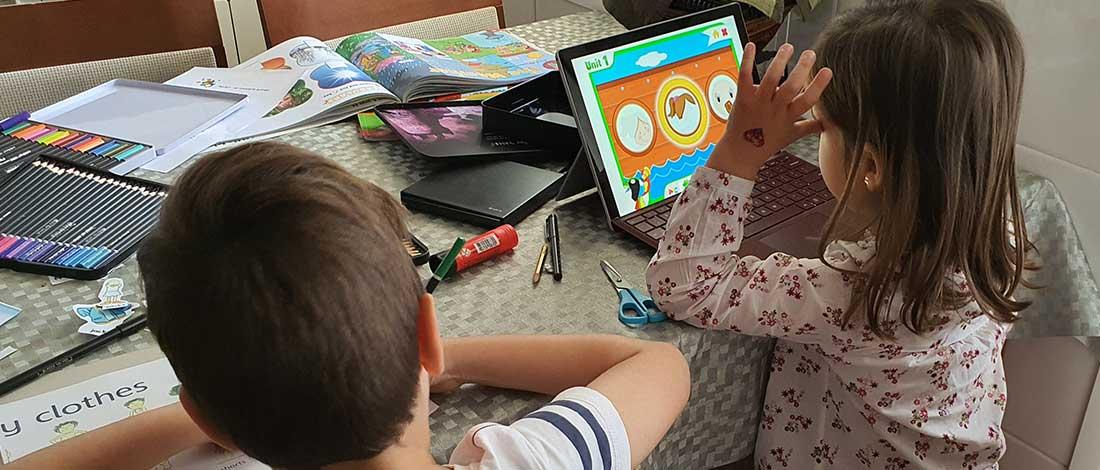 Imagen de una niña y un niño haciendo manualidades con un ipad