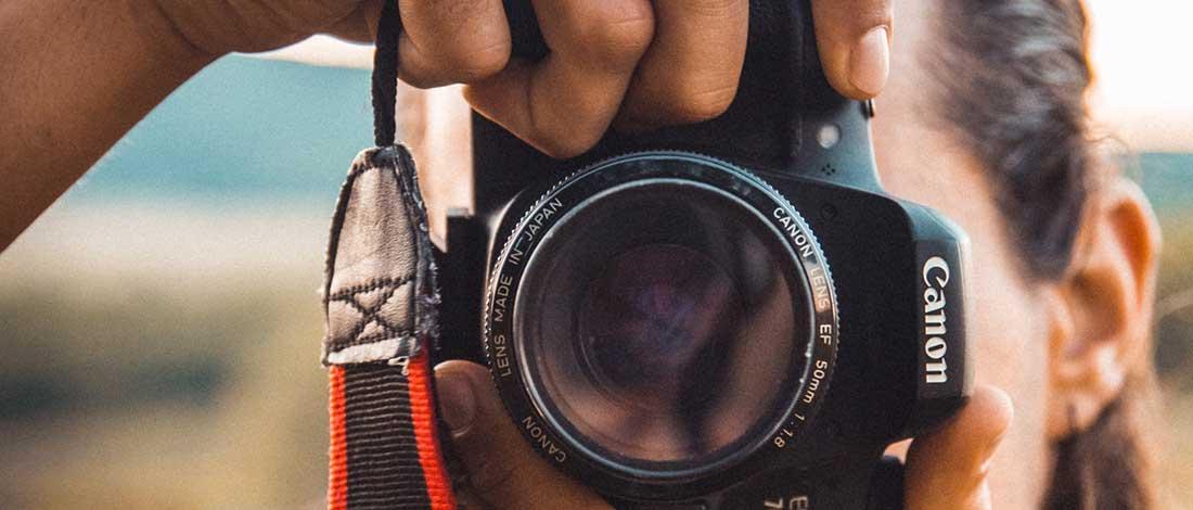 Un jóven realizando una foto en primer plano
