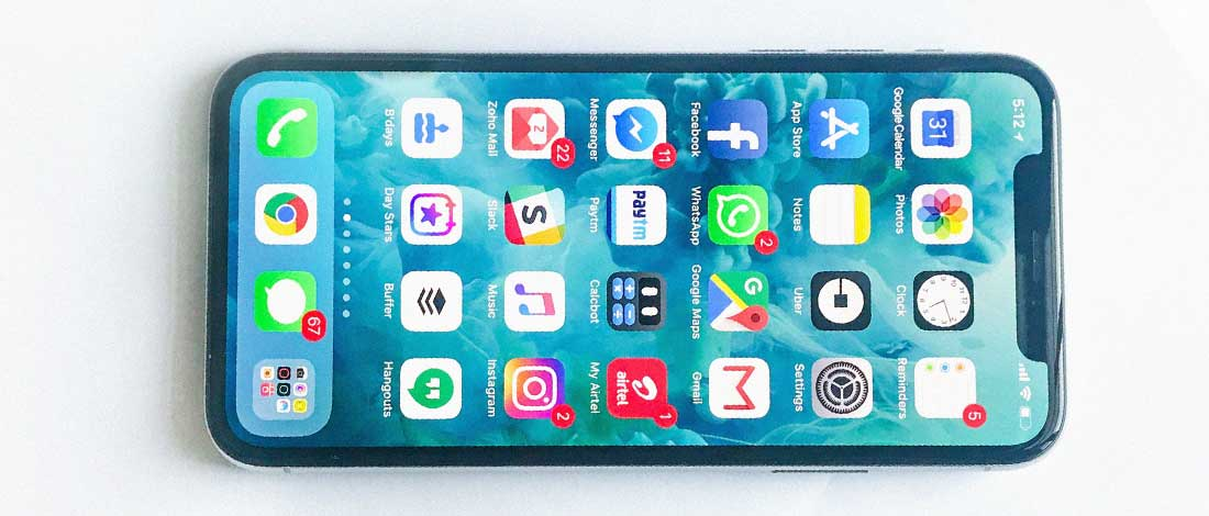 imagen de un móvil con apps de redes sociales