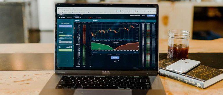 pantalla de portátil con diagramas de bolsa