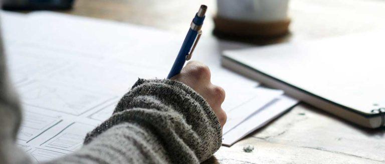 imagen de una mano escribiendo con un bolígrafo