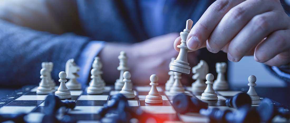 primer plano de unas manos jugando al ajedrez